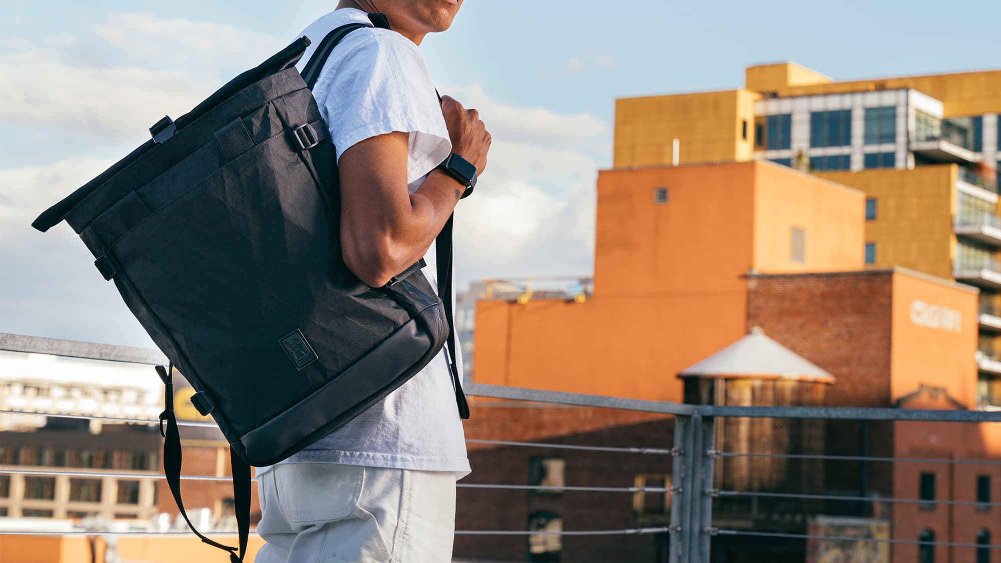 man carrying the Lako tote in BLCKCHRM